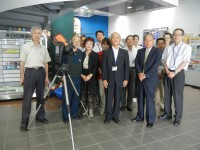 寄贈された天体望遠鏡と土の虫の皆様、焼津市関係者