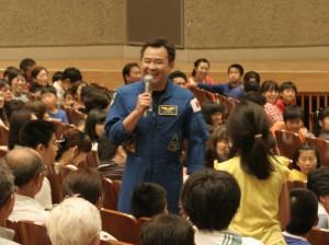 質問コーナーで子どもの質問に答える星出宇宙飛行士