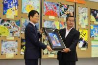 臼井満 松坂屋静岡店長(左)と佐藤美代志 焼津市教育長(右)